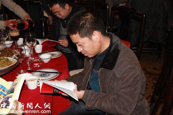 《西北民航》杂志编辑部副主任苏战冰在欣赏纪念册