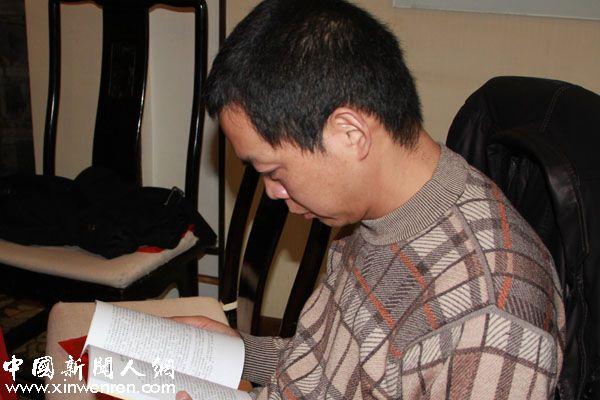 诗人、《延河》下半月刊编辑王琪在欣赏纪念册