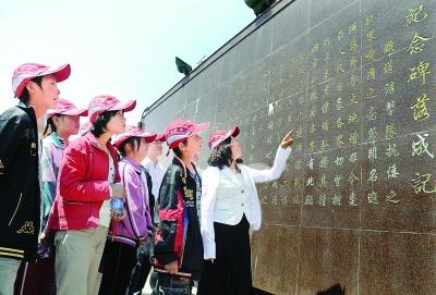 邱丙霞带领孩子们参观铁道游击队纪念馆