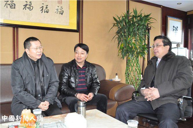 龙良贤总编辑(左) 在副社长吴礼明(右)陪同下与董事长张海龙(中)交谈  记者 赵敏 摄