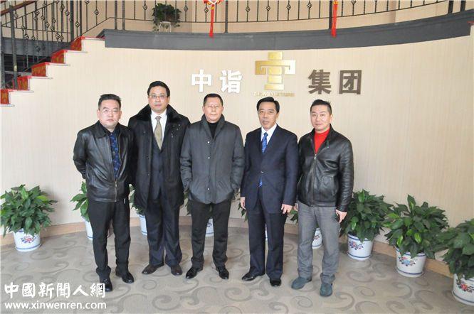 沿着芬芳的香味,中诣公司总裁刘欣(右二)、副总裁崔中喜(右一)等人荣幸地与龙良贤总编辑(中)合影留念。记者 赵敏 摄