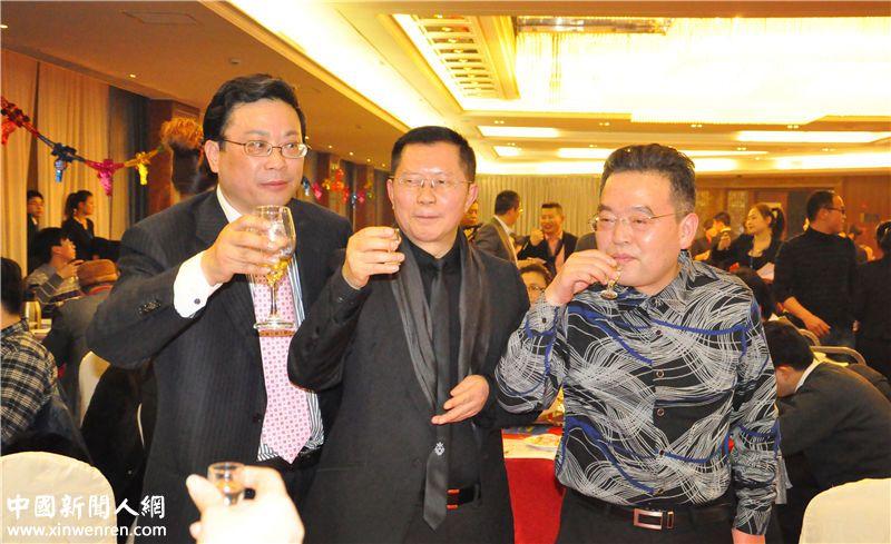 企业家日报社长兼总编辑龙良贤(中)、企业家日报总经理陈太明(右) 、企业家日报副社关吴礼明(左)等领导向参加企业家日报中国企业家联盟的来宾们敬酒