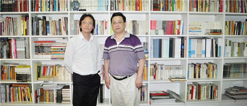 企业家日报副社长吴礼明(右)拜访上海世贸控股集团董事长李焱然(右)并在其书柜前合影
