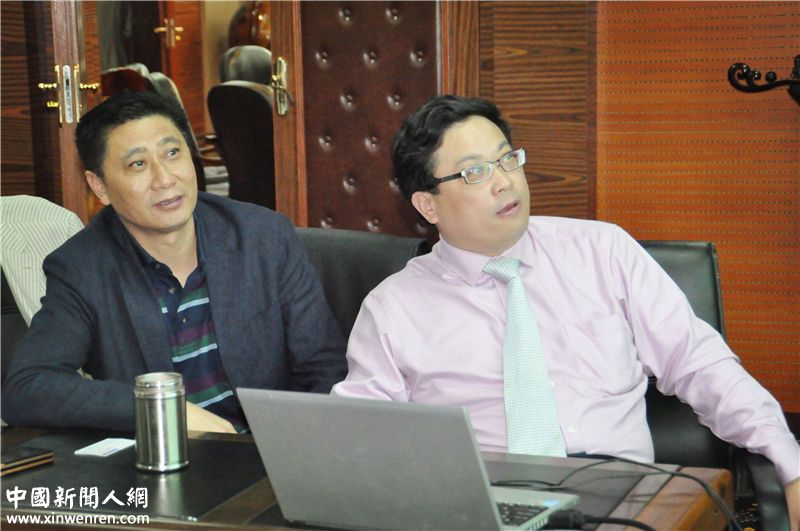 宇培集团董事长李士发(左)与吴礼明博士(右)共同欣赏宇培集团发展宣传片