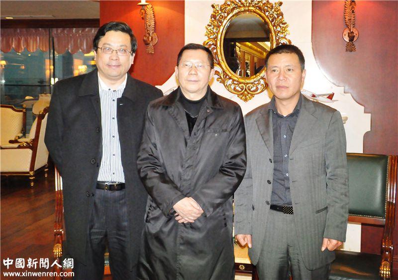 企业家日报社社长、总编辑龙良贤(中),副社长吴礼明(左)共同拜访均瑶集团总裁王均豪(右)。