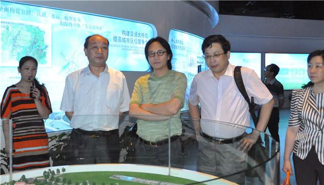 在中共滁州市委副秘书长、滁州市人民政府信访局局长谭启源(左二)陪同下,李焱然(中)、吴礼明(右二)一行参观滁州规划馆