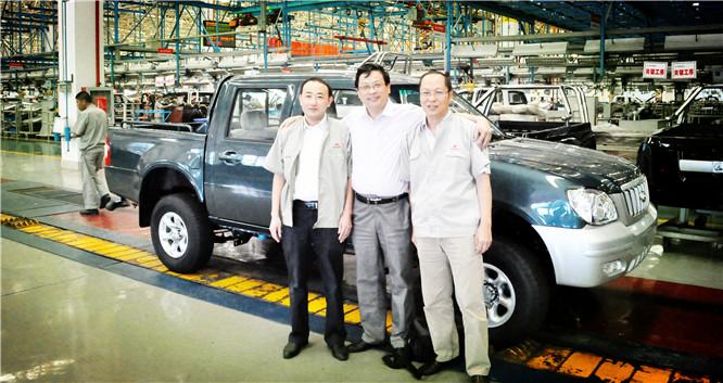 企业家日报社中国企业家联盟执行主席吴礼明(中)与长丰扬子汽车副总经理谢有浩(左一)等公司领导在生产车间合影