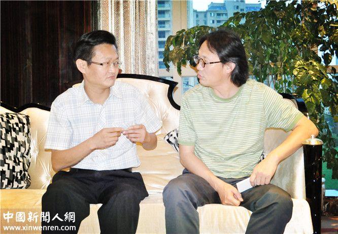 李焱然(右)与滁州市副市长陆峰(左) 谈毛泽东和蒋介石的新理论