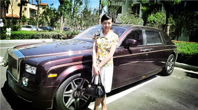 滁州市妇女联合会主席史成霞在李焱然开来的劳斯莱斯轿车前留影以示纪念