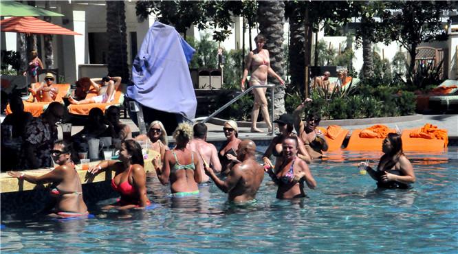 世界各地游客在圣地亚哥赌场外露天游泳馆游泳