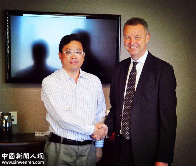 """世界级富豪、世界贸易中心协会首席执行官埃里克_达尔(右)接受《企业家日报》副社长吴礼明博士(左)专访时说:""""目前中国已建立了42家世界贸易中心,数量居世界第一位,这当然包含李焱然所做的成绩。李焱然在中国共拥有至少4-5家世贸中心,数量也是居中国第一""""。"""