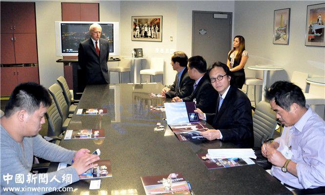 上海世贸控股集团董事局主席李焱然(右前二)在拉斯维加斯旅游观光局听取介绍
