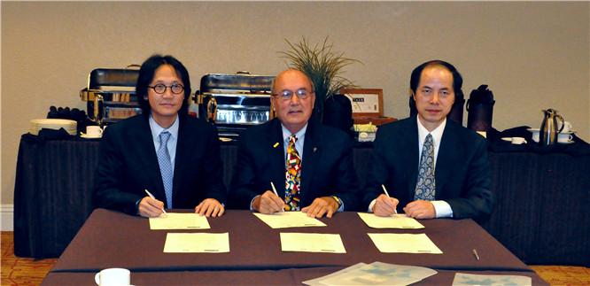 """2013年9月22日,李焱然(左一)与奥兰多世界贸易中心签订贸易合作协议后对奥兰多世界贸易中心主席(中)说: """"长三角地区是中国人口集聚最多,综合实力最强的区域,很高兴能与奥兰多世界贸易中心合作共推中美贸易发展。希望通过合作,让长三角声音更多的传递到奥兰多,传递到美国""""。"""