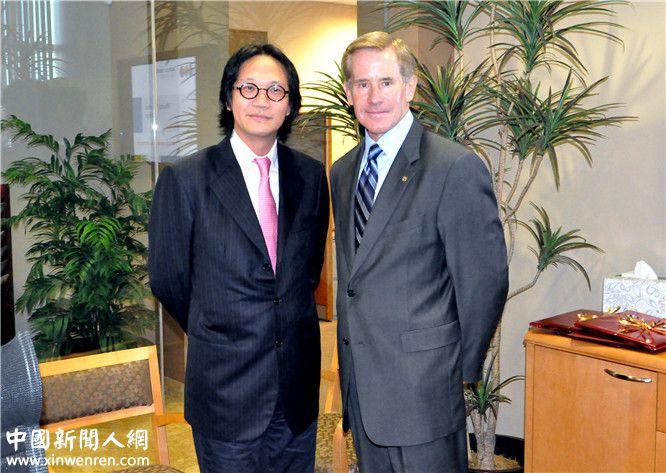 2013年9月16日,李焱然(左)与圣地亚哥世界贸易中心总裁斯蒂文威拾斯(右)签订贸易合作协议合影。