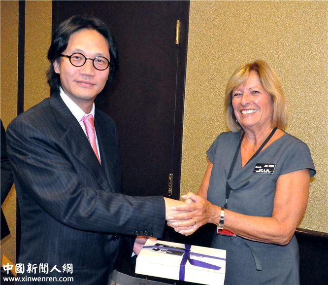 2013年9月16日,李焱然(左)接受圣地亚哥最大赌场女总裁(右)赠送的礼品