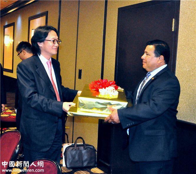 2013年9月16日,李焱然(左)接受圣地亚哥议员(右)赠送的礼品