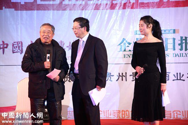 著名词作家薛锡祥(左)在主持人吴礼明(中)、王一茗的安排下与企业家们见面 - 复件.JPG