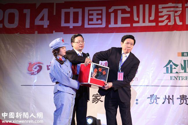 福州磐石茶业进出口有限公司董事长周明石(右)为企业家抽奖 - 复件.JPG