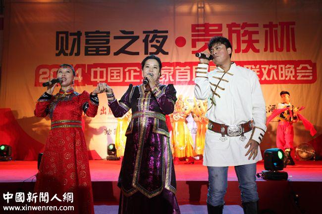 """新当选的中国企业家联盟副主席、中国著名女慈善家、中国 """"爱心大使""""李琳(中)及其团队表演的《草原的祝福》、 《请到内蒙古来》仿佛就像把人们带到内蒙古草原,品尝草原上的花草。 - 复件.JPG"""