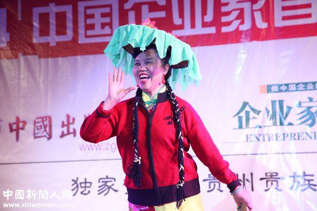 """中国企业家联盟文艺团副团长、客家民间艺术团团长、著名 """"中国艺术家""""张定云女士演唱的客家歌《祝贺》和《赞扬客家乡亲》,仿佛又像把人们带到广东客家山寨,品尝客家酒的香醇。 - 复件.JPG"""