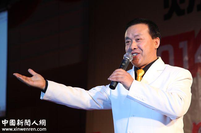 """中国企业家联盟文艺团副团长、青年歌手王延国演唱的《红尘情歌》和《祝愿歌》就一直在告诉人们 """"你知道我曾爱着你,你知道我还想着你""""。 - 复件.JPG"""
