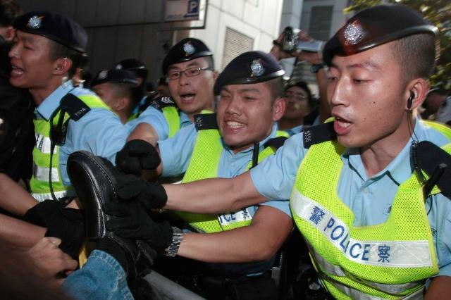 媒体镜头只对着警察