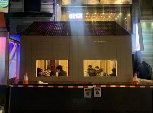 中国侨网随着冬天到来,业者担心户外餐区不通风,更容易染疫。(美国《世界日报》/刘大琪 摄)